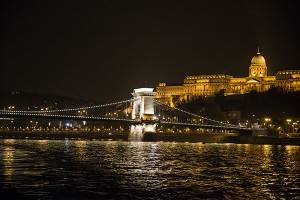 00133_budapest_night_catene_bridge_racconti_di_viaggio